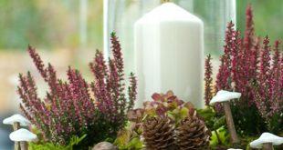 Diese hübsche DIY-Herbstdeko mit Heidekraut, Kastanien, Lärchenzapfen und klei...