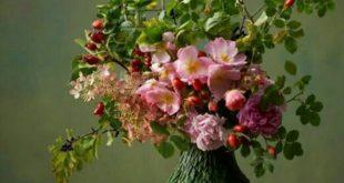Blumengestecke und schöne Blumensträuße erfrischen das Ambiente