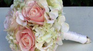 Brautstrauß mit rosa Rosen und Hortensien