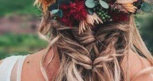 25 + › Beeren und Burgunder blühen für eine Blumenkrone, die mit der Frisur verschmilzt. #diy …