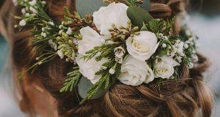 Awww… ❤ Was für eine zauberhafte Hochzeitsfrisur! Blumen ins Haar einflechten
