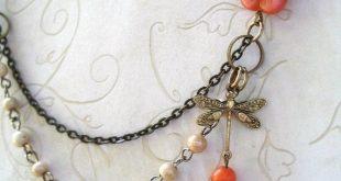 Collana d'oro libellula, con fiore d'arancio, catena di perline, fascino in ottone, presente nella rivista Jewelry Affaire, gioielli ispirati alla natura