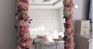 Spiegel mit Kunstblumen verziert